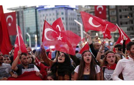 solidariza funcionarios expulsados en Turquía