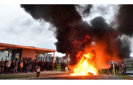 Guardias prisiones bloquean 18 cárceles Francia